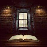 Öppna den gamla boken på en bokhyllabakgrund Selektivt fokusera Fotografering för Bildbyråer