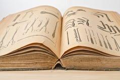 Öppna den gamla boken på medicin arkivfoton