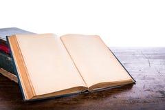 Öppna den gamla tappningboken Arkivbilder