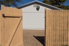 Öppna den gamla Wood porten Arkivfoto