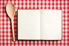 Öppna den gammala receptboken Royaltyfri Bild