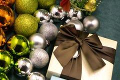 Öppna den magiska gåvaasken på härliga bollar för röd bakgrund royaltyfria foton
