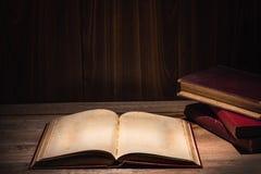 Öppna den neary bunten för den gamla boken av mörk stil för boktappning Royaltyfri Bild