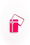 Öppna den röda gåvaasken med bandpilbågen arkivfoto