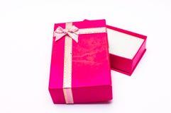 Öppna den röda gåvaasken med den isolerade bandpilbågen fotografering för bildbyråer
