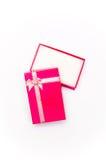 Öppna den röda gåvaasken med den isolerade bandpilbågen arkivbilder