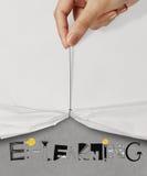 öppna den rynkiga pappers- showen som E-LÄR Arkivfoton