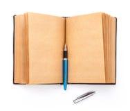 Öppna den spridda gamla boken med den tomma sidan Arkivfoton