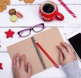 Öppna den tomma anteckningsboken med en röd blyertspenna Arkivbild