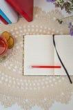 Öppna den tomma anteckningsboken på tabellen ordna till för modell Arkivfoton