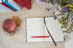 Öppna den tomma anteckningsboken på tabellen ordna till för modell Royaltyfria Bilder