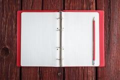 Öppna den tomma notepaden med en blyertspenna Royaltyfri Foto