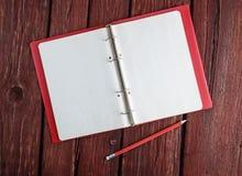 Öppna den tomma notepaden med en blyertspenna Royaltyfria Foton