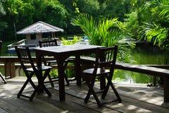 Öppna den tropiska restaurangtabellen och stolar Royaltyfri Bild