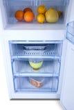 Öppna det vita kylskåpet Kylfrys Arkivfoto