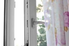 Öppna det vita plast- fönstret close upp På vitbakgrund arkivfoto