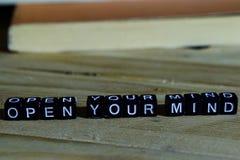 Öppna din mening på träkvarter Motivation- och inspirationbegrepp arkivbild
