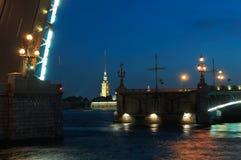 Öppna drawbridgen på den Neva floden, St Petersburg. royaltyfria bilder