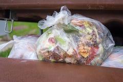 öppna dumpsteren mycket av avfall Arkivfoton