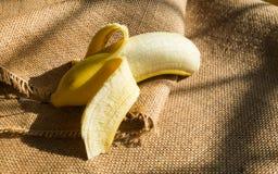 Öppna en banan Arkivfoto