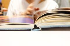 Öppna en boka Arkivfoto