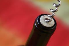 Öppna en flaska av vin Royaltyfri Bild