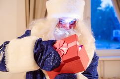 Öppna en gåvaask Royaltyfria Bilder