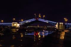 Öppna en slottklaffbro Neva flod, St Petersburg Royaltyfri Fotografi