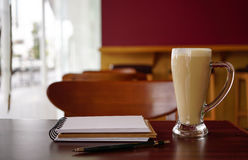 Öppna en tom vit anteckningsbok med varmt kaffe, blyertspenna Royaltyfri Bild
