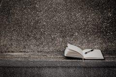 Öppna en tom vit anteckningsbok, penna Royaltyfria Foton