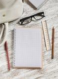 Öppna en tom vit anteckningsbok, pennan, kvinnors påse, linjalen, blyertspenna Arkivbild