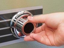 Öppna ett mekaniskt kassaskåp fotografering för bildbyråer