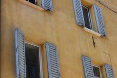 Öppna fönster i Urbino, Italien arkivfoto