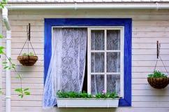 Öppna fönstret i sommarträdgården Arkivfoto