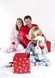 öppna för julfamiljgåvor Arkivbilder