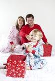 öppna för julfamiljgåvor Arkivfoto