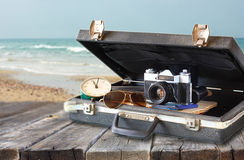 Öppna fallet med den gamla kamerasolglasögon och klockan Royaltyfri Fotografi
