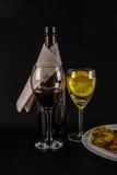 Öppna flaskan av vin med den vita servetten, stort exponeringsglas som fylls med r Royaltyfri Bild
