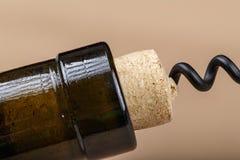 Öppna flaskan med en korkskruv Royaltyfria Bilder