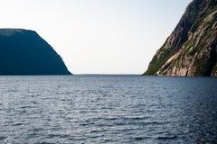 Öppna från den inlands- fjorden mellan branta klippor Fotografering för Bildbyråer