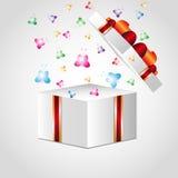 Öppna gåvaasken med den röda pilbågen Arkivfoton