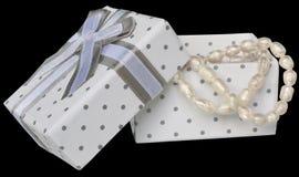 Öppna gåvaasken med en pärlemorfärg halsband royaltyfri bild