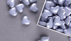 Öppna gåvaasken mycket av purpurfärgade hjärtor Royaltyfria Foton