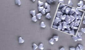 Öppna gåvaasken mycket av purpurfärgade hjärtor Royaltyfria Bilder