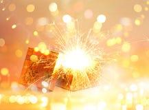 Öppna gåvaasken och ljus fyrverkerijul, glad jul och det lyckliga nya året arkivfoton