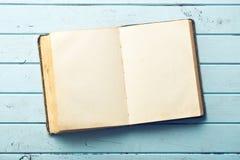 Öppna gammalt bokar Arkivbilder