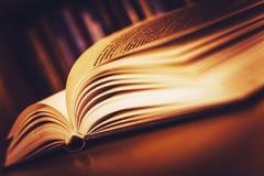Öppna gammalt bokar Arkivbild