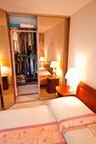 Öppna garderoben i sovrum Royaltyfri Bild