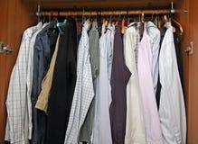 Öppna garderoben med många eleganta skjortor för viktiga möten Royaltyfri Bild