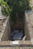 Öppna gravvalvet i en kyrkogård Royaltyfri Foto